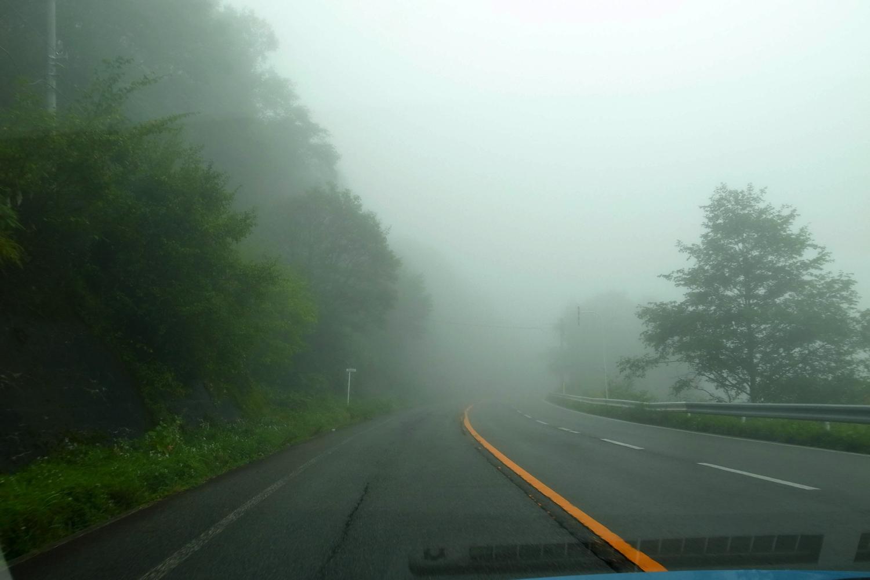 松本から岐阜の高山市へ移動。視界を遮る安房峠の濃霧がすごかった。